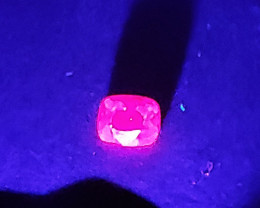 Image of the spinel's fluorescence under ultraviolet light.