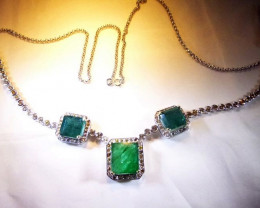Beautiful 49.50ct Diamond Necklace t set with Colombian Emeralds, 18kt Whit