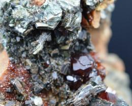 Grenat hessonite & clinochlore - 370 grammes - Val d'Aoste, Italie