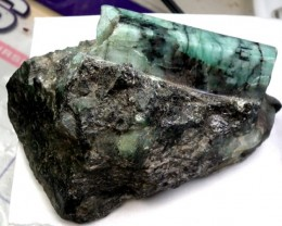 UNTREATED  EMERALDS SPECIMEN POLISHED  480/ 2000CTS