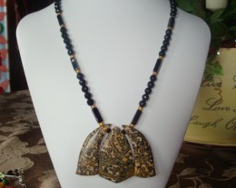 18 INCH LONG NECKLACE OF ONYX AND JASPER