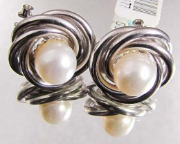 18 K  WHITE GOLD AND PEARL  EARRINGS LGN 902