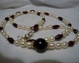 NEW - 20 INCHES OF GARNET AND FRESHWATER PEARLS NECKLACE