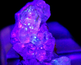 98.00 CT Natural - Unheated UV Light Color Change Petroleum Quartz Specimen