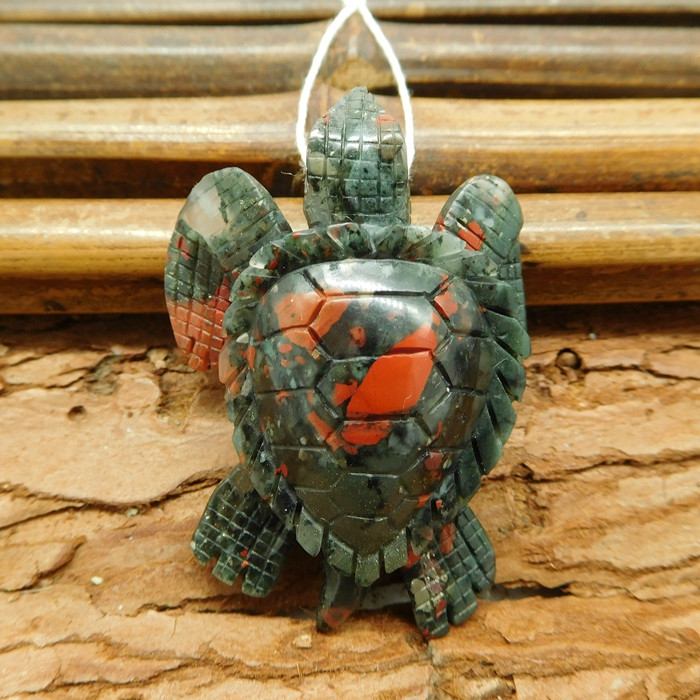 African bloodstone carved sea turtle pendant (G1189)
