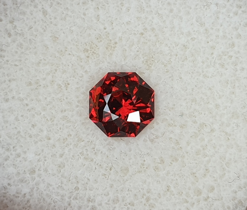 1,84ct Blood red Umbalite garnet - Master cut!