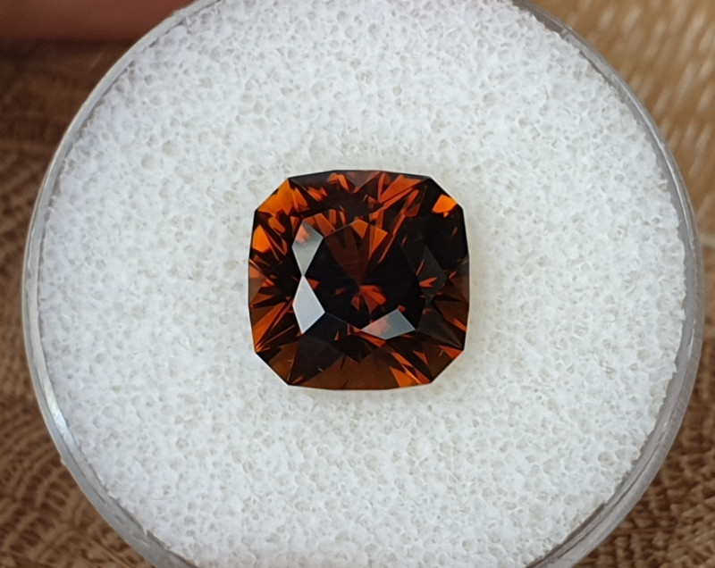 7,44ct Cognac coloured Dravite Tourmaline - Master cut!