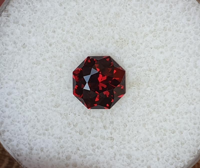 2,40ct Rhodolite Garnet - Master cut!