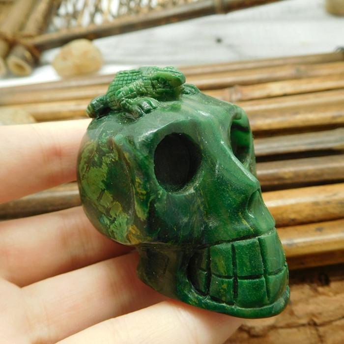 African jade gemstone carving green gemstone skull with lizard (S036)