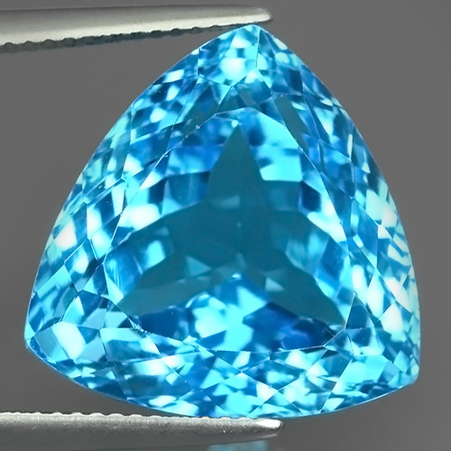 28.70 CTS NATURAL SWISS BLUE TOPAZ~TRILLION~CUT EXCLUSIVE !!