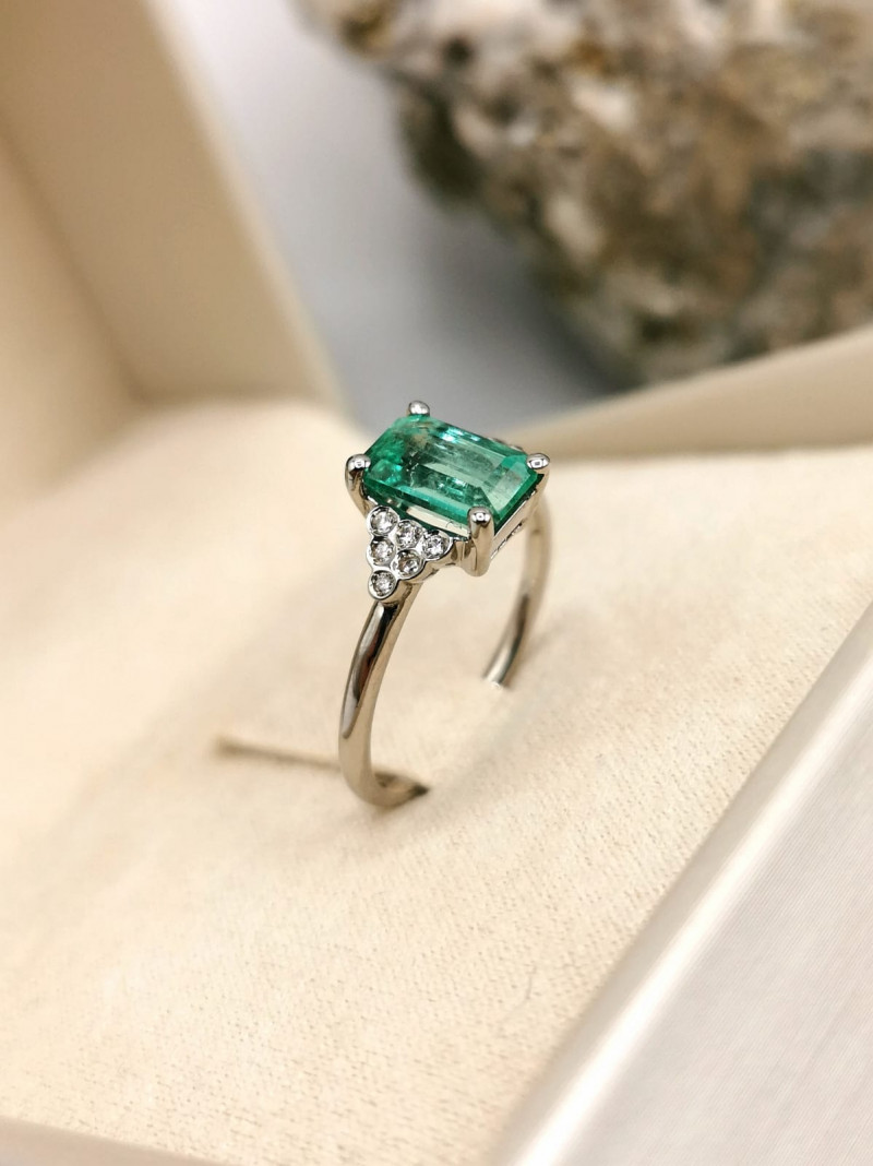 1,40ct Colombian Emerald 18k Solid Gold Ring with Diamonds ref. 41/76