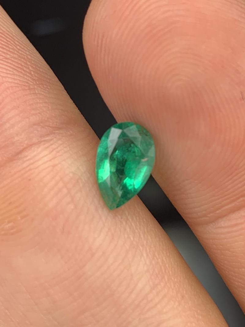 1.05 Cts AAA Grade Vivid Green Natural Emerald Fine Luster