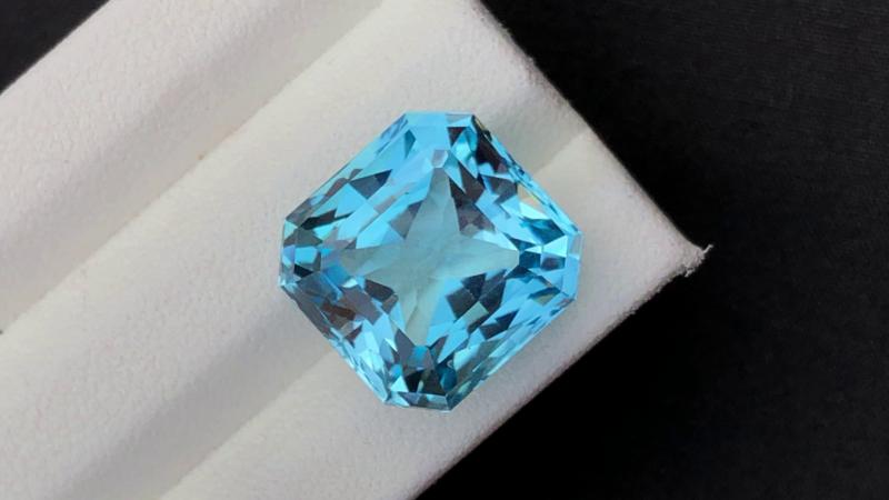 Stunning 18 Ct Natural Blue Topaz Gemstone