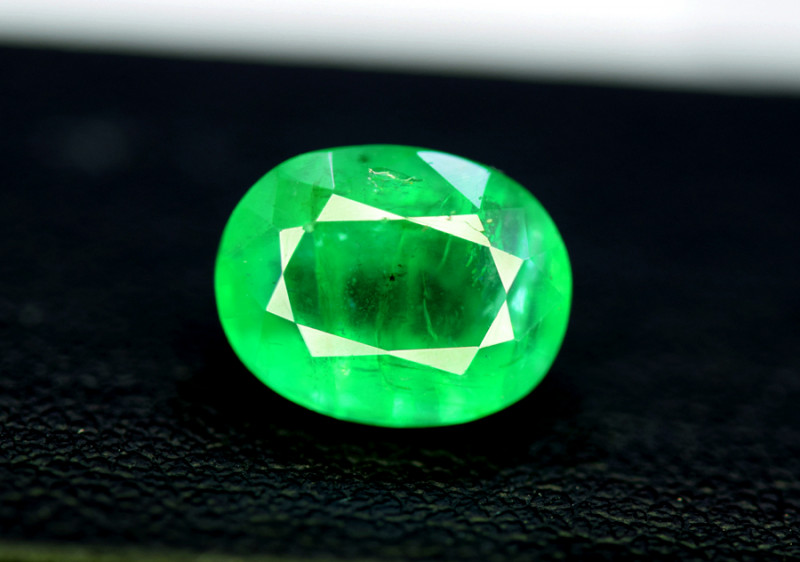 Emerald, 3.35 Carats Oval Cut Natural Zambian Emerald Gemstone
