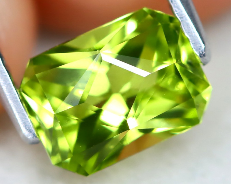 Peridot 1.33Ct VVS Master Cut Natural Neon Green Color Peridot AT0977