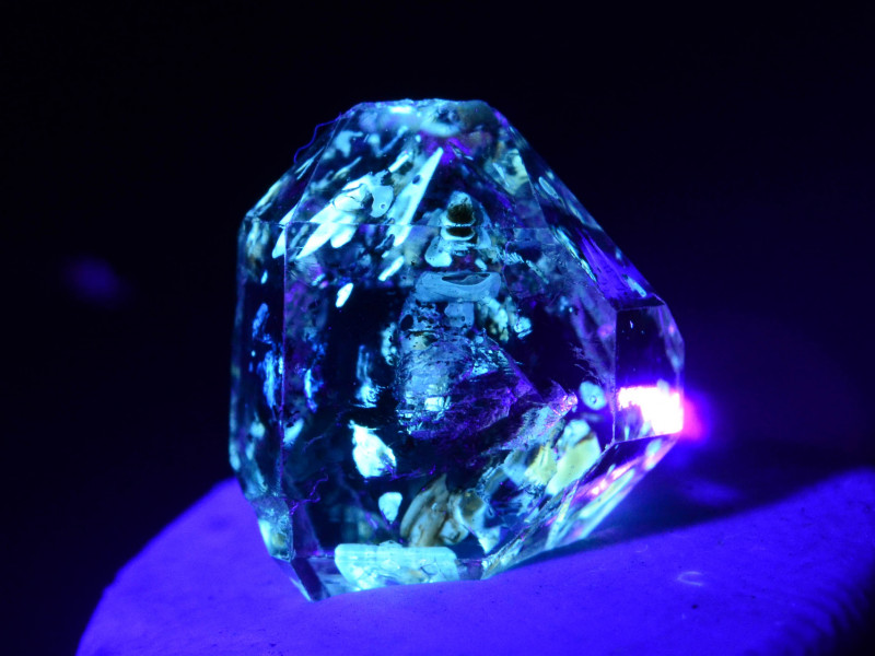 Rare 2.60 ct Natural Ancient Fluorescent Quartz With Ancient Petrolium
