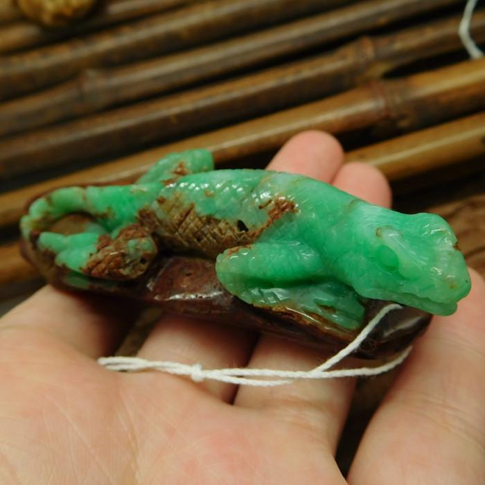 Natural gemstone chrysoprase carved lizard bead (G2526)