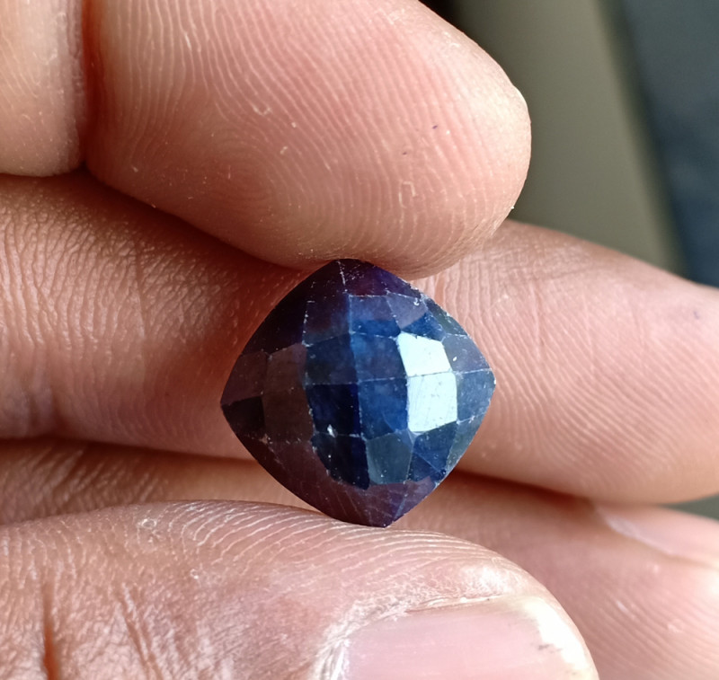Natural Sapphire Gemstone With a Fancy Cut VA5189