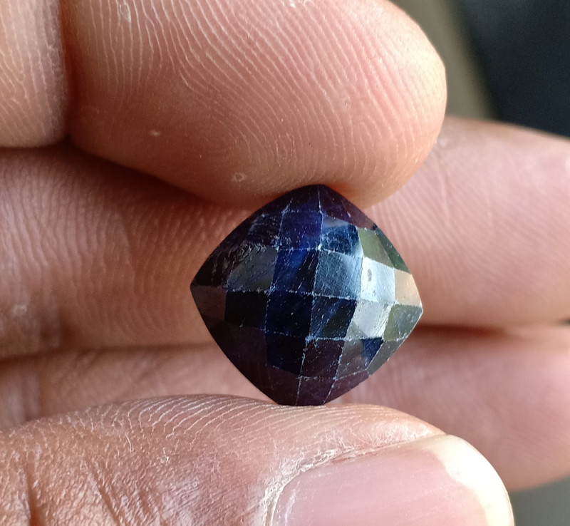 Natural Sapphire Gemstone With a Fancy Cut VA5556