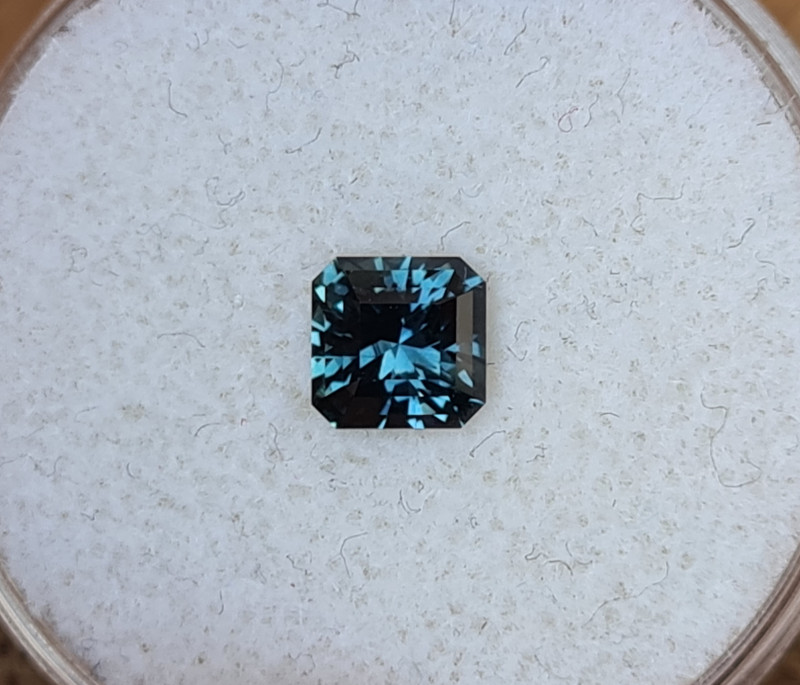 0,90ct Blue to green colour change Sapphire - Master cut