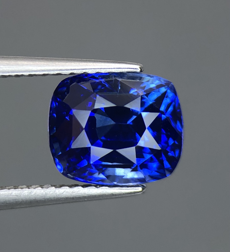Royal Blue 4.01 CT Sapphire Gemstones top luster with fine Cutting