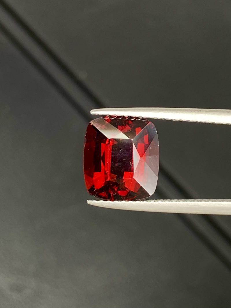 5.55 cts Natural Rhodolite Sparkling Gemstone