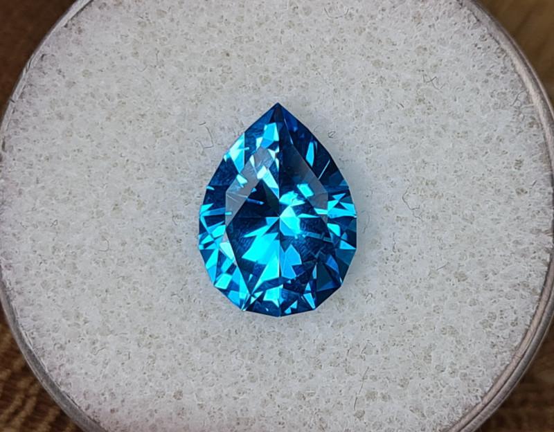 5,66ct Electric blue Topaz - Master cut!