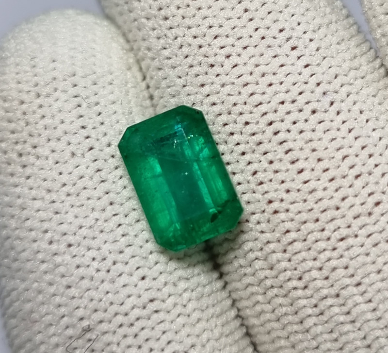 2.76 CTS NATURAL STUNNING GREEN EMERALD FROM ZAMBIA MINE