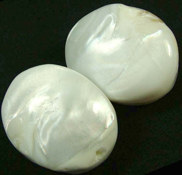 PAIR PEARLY WHITE IRRESESENT BEAD-DRILLED 107.65CTS [PF1702]