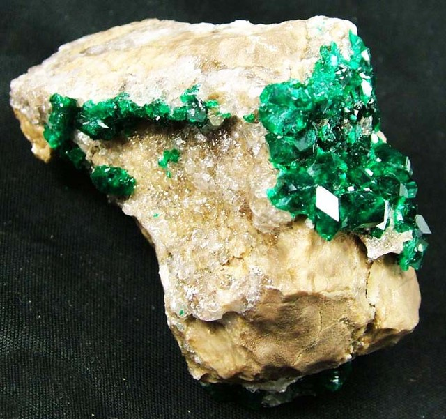 RARE EMERALD GREEN DIOPTASE FROM KAZAKHSTAN 302.55CTS MX8611
