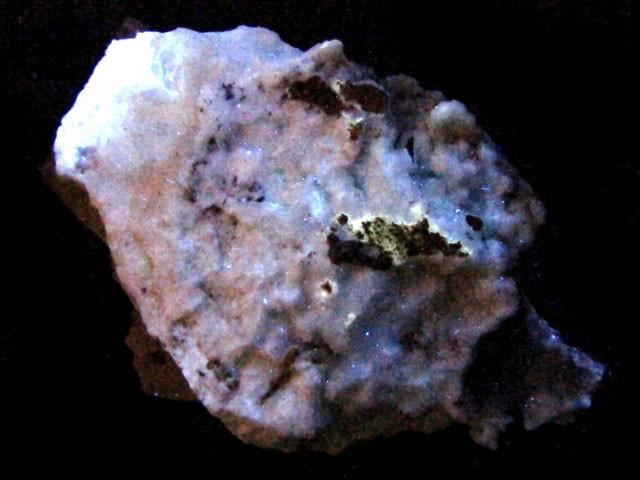 AUSTRALIAN FLOURESCENT MOUNT ISA  67 GRAMS  GTT2229