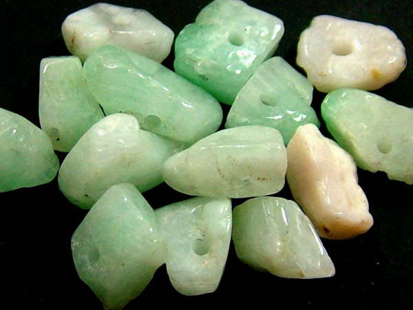 EMERALD BEAD UNTREATED DRILLED 24 PCS 40 CTS   NP-1339