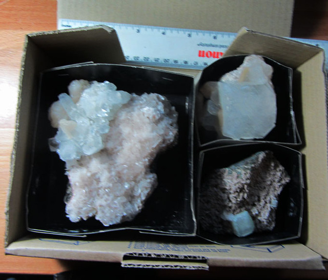 1.16 KILO MIXED MINERAL/ CRYSTAL SPECIMENS IN TRAY MS 1957