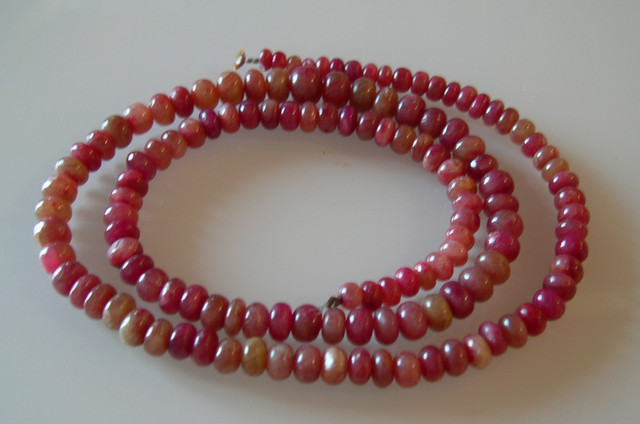 BIG PARCEL OF 135 RUBY BEADS 325 CARATS...58CMS