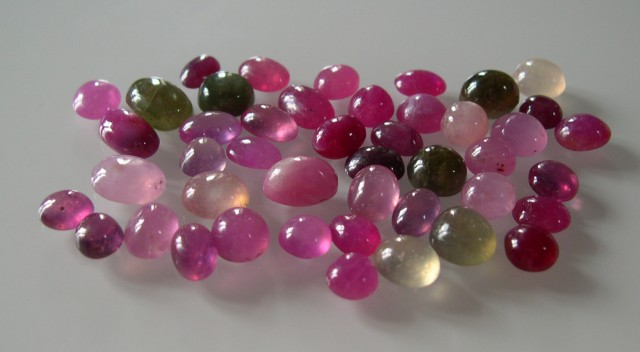 PARCEL OF NATURAL RUBY AND SAPPHIRE CABOCHONS 130 CTS