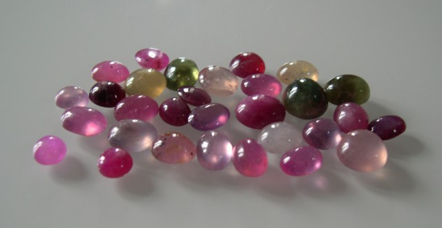 PARCEL OF NATURAL RUBY AND SAPPHIRE CABOHONS 85 CTS