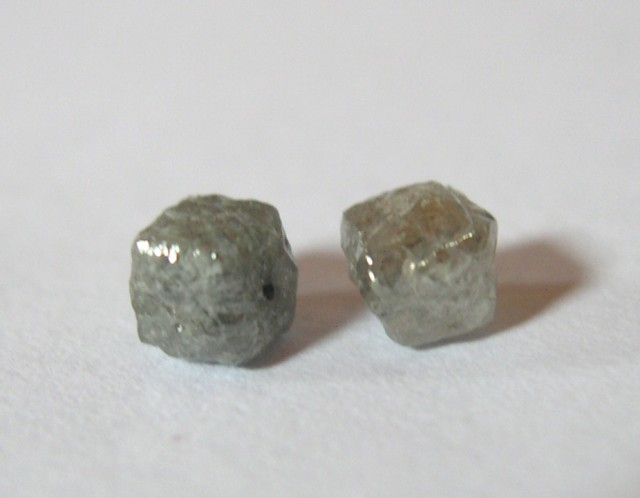 RARE PAIR OF NATURAL DIAMOND CUBES 1,60 CT