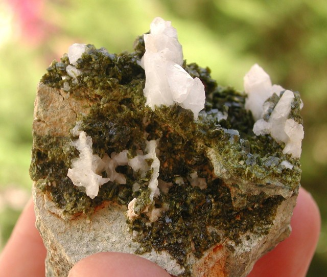 77.00g EPIDOTE AND QUARTZ CRYSTAL SPECIMEN FROM LIGURIA ITALY (IT13)