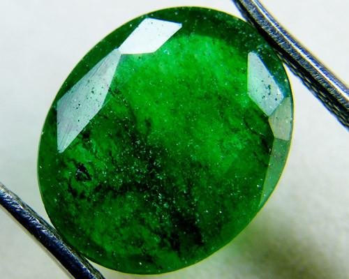 Quartz Emerald Green colour  4  carats   QU27