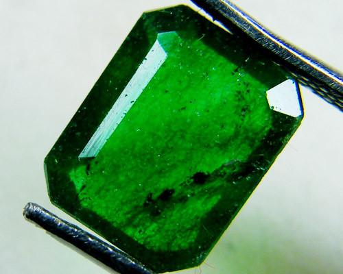 Quartz Emerald Green colour  2.5  carats   QU46