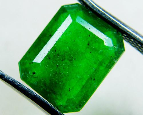 Quartz Emerald Green colour  3  carats   QU48