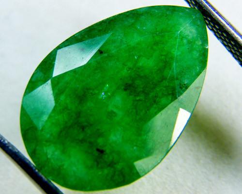 Quartz Emerald Green colour  7.5  carats   QU49