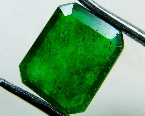 Quartz Emerald Green colour  2.5  carats   QU65