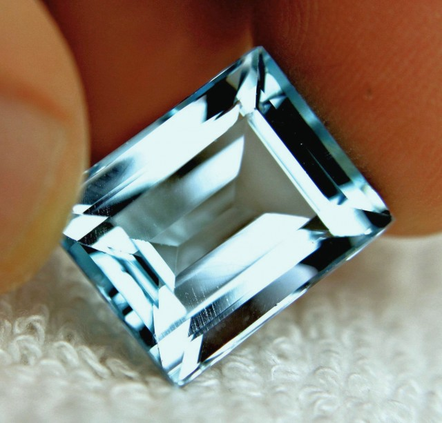23.58 Carat Vibrant Blue South American VVS1 Topaz