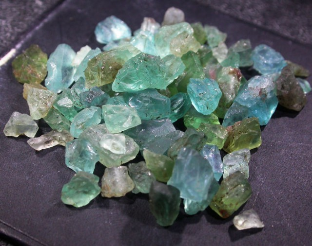 44.95 CTS LARGE ROUGH  APATITE PARCEL [F6070]