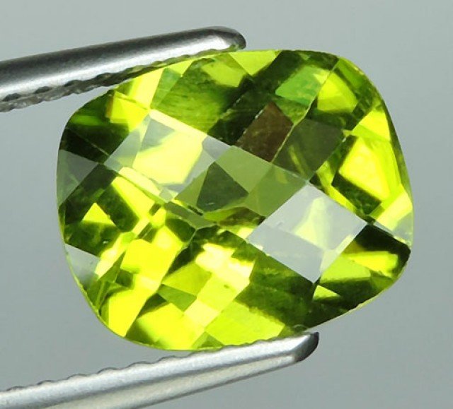 2.40 CTS LUXURY! CHECKER BROAD RICH GREEN PERIDOT CUSHION CUT PAKISTAN