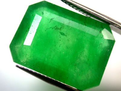Quartz Emerald Green colour  11.80  carats   QU112