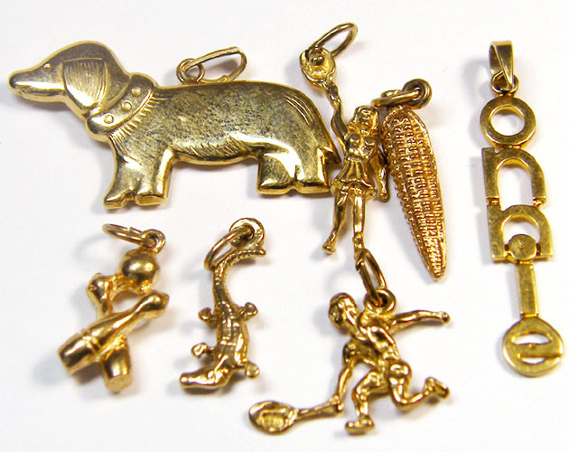 11.15 grams Estate jewellery 9 k gold charms 7 pieces TB 16