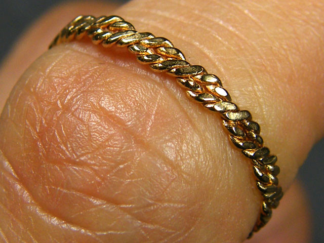 .66 GRAMS ENGLISH MADE 9K TWISTED GOLD WIRE RING SIZE 1   CO801