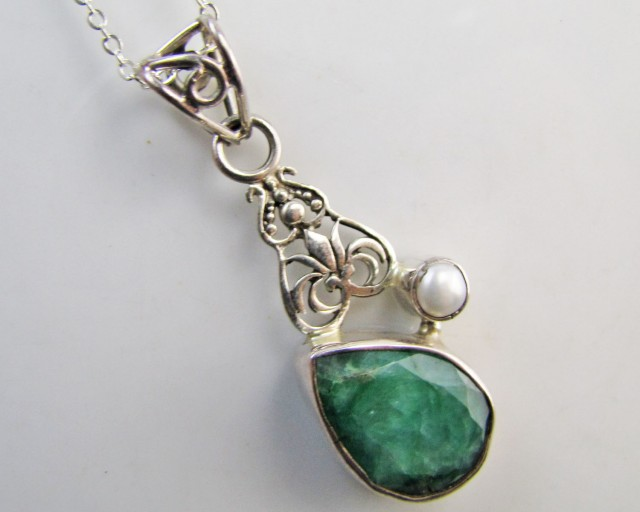 35 Cts  Emerald & pearl  set in silver Pendant  MJA 1221